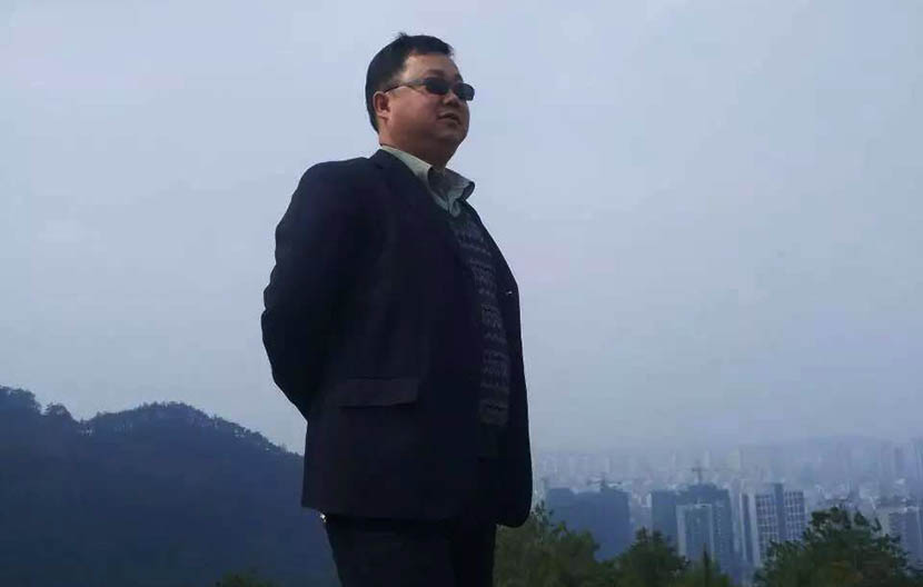Hong Sheng poses for a photo. From The Beijing News' official Wechat account.