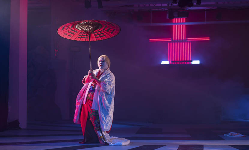 A stage photo of performance piece 'Ishvara' during the opening of Chen Tianzhou's solo exhibition in Beijing, June 8, 2016. Zhuang Yan for Sixth Tone