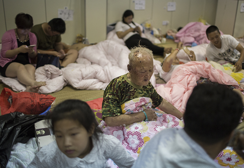 Liu Zhishan, center, 78, rests in the recovery room of Funing People's Hospital, Funing County, Yancheng City, Jiangsu province, June 24, 2016. Wu Yue/Sixth Tone