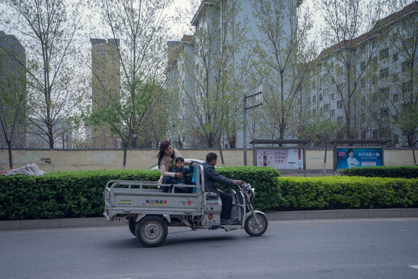 Zhang Chunfa, Sophorn, and their son on the way to a warehouse in Zhengzhou, Henan province, March 29, 2016. Cong Yan for Sixth Tone
