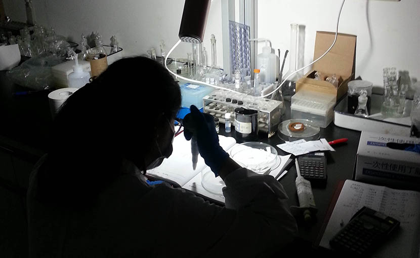 Jessie conducts an experiment in a laboratory at Peking University in Beijing, July 1, 2015. Courtesy of Jessie