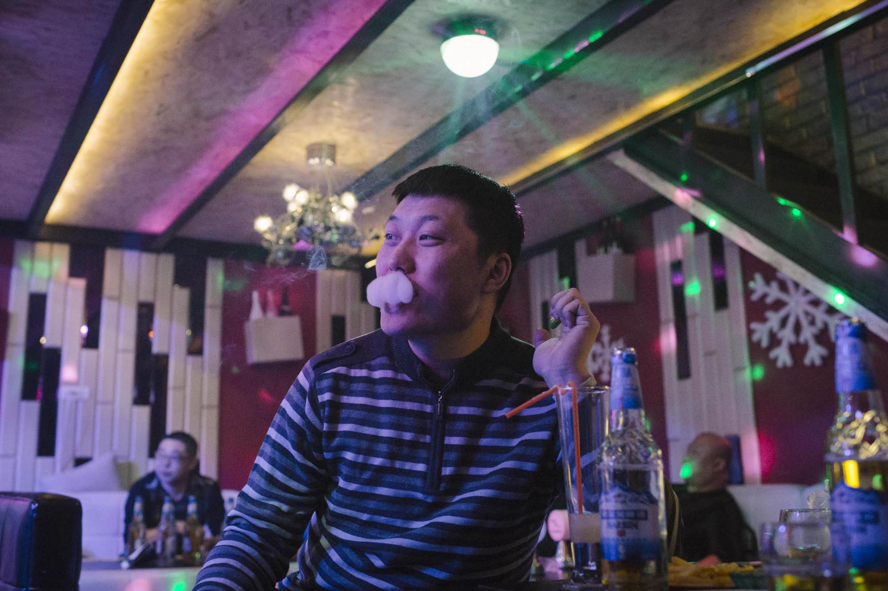 Xia Yan is treated to drinks by friends at one of Shuangyashan's bars, Jan. 16, 2016. Both Xia's income and circle of friends have diminished drastically since he lost his lucrative job procuring mining machinery. Zhou Pinglang/Sixth Tone