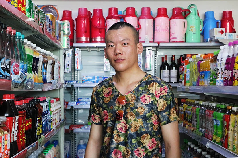 Liu Kai poses at a supermarket in Changzhou, Jiangsu province, July 20, 2016. Yin Yijun/Sixth Tone