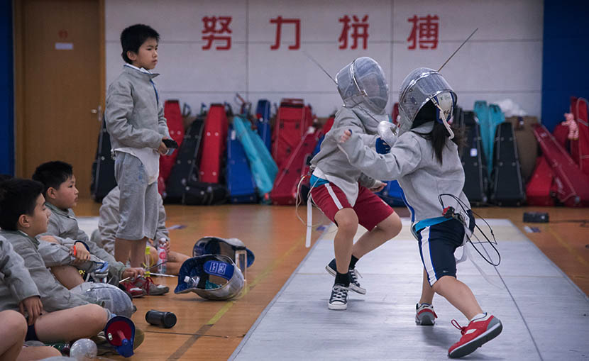 Children practice fencing at the Wang Lei International Fencing Club in Shanghai, Aug. 3, 2016. Zhou Yinan/Sixth Tone
