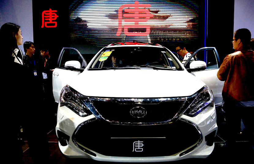 Guests at the 17th China International Industry Fair inspect a BYD Tang hybrid SUV, Shanghai, Nov. 4, 2015. Zhou Junxiang/IC