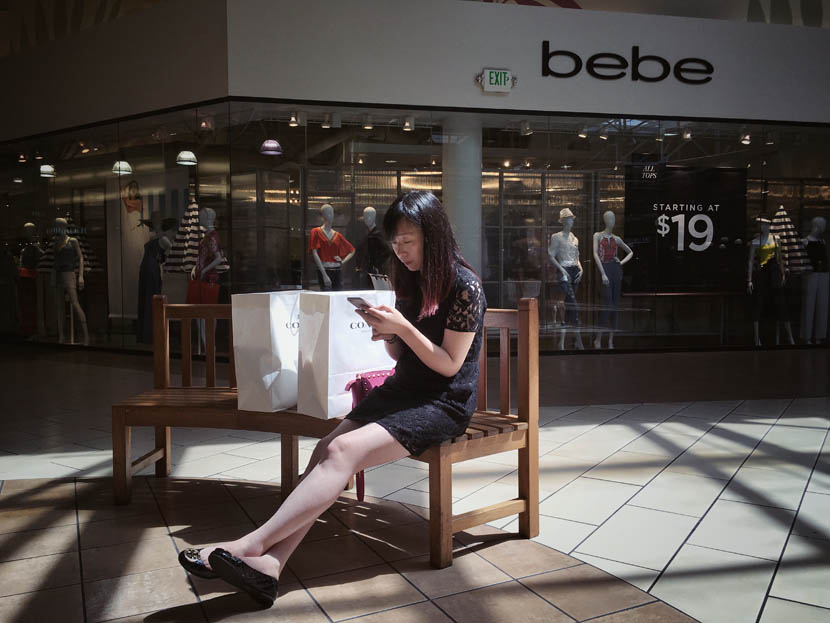 Zhang Lulu takes a break during a shopping expedition to a mall in Chicago, Illinois, U.S., June 1, 2016. Wu Jiaxiang for Sixth Tone