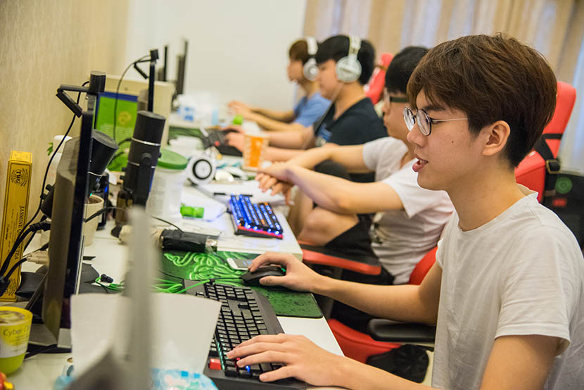 Chen Bo works on a LOL group battle at his team's rented house at the outskirt of Shanghai, July 11, 2016. Zhou Yinan/Sixth Tone