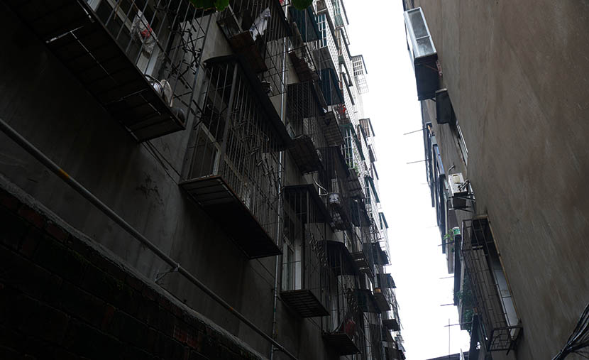 Low-rise concrete apartment blocks built in the 1980s are a common sight in Xiaogan, Hubei province, Aug. 4, 2016. Feng Jiayun/Sixth Tone