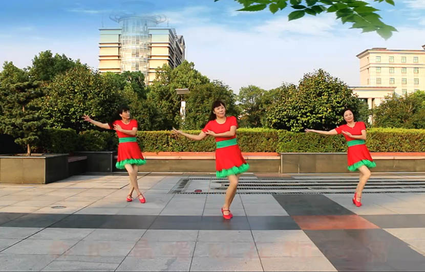A screenshot from an instructional video shows three women dancing in a plaza. From Tangdou.com