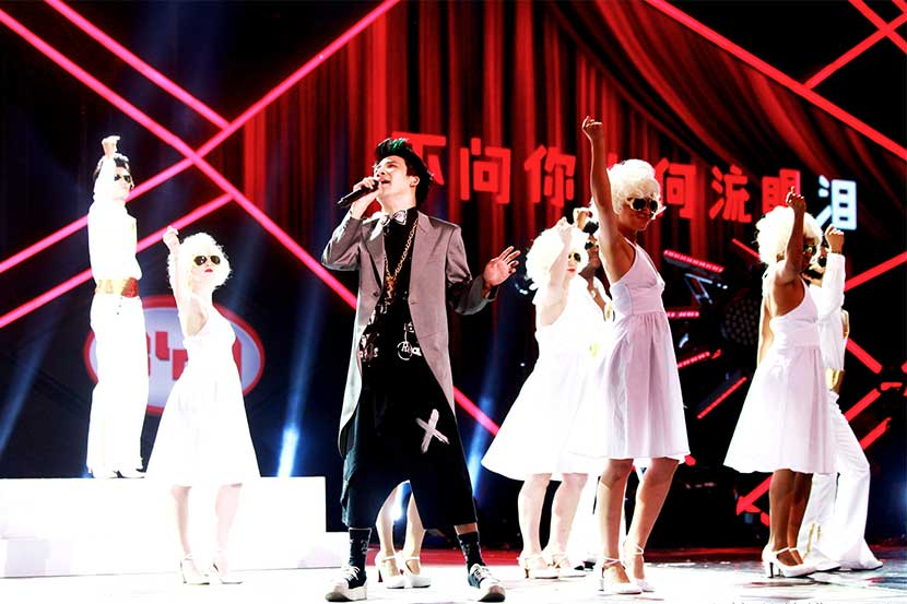 Da Zhangwei performs a mashup of 'Love Is Like the Tide' on 'The Remix.' From the TV show's Weibo account