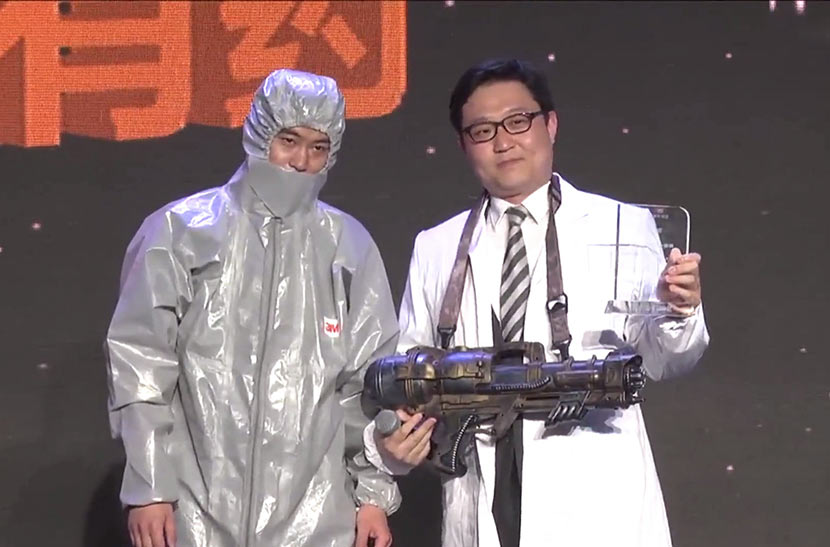 A screenshot from the Pineapple Science Awards shows internet celebrity 'Sexy Corn' (right) posing as Yang Yongxin to accept an award from a person 'cured' of his internet addiction by electroshock therapy.
