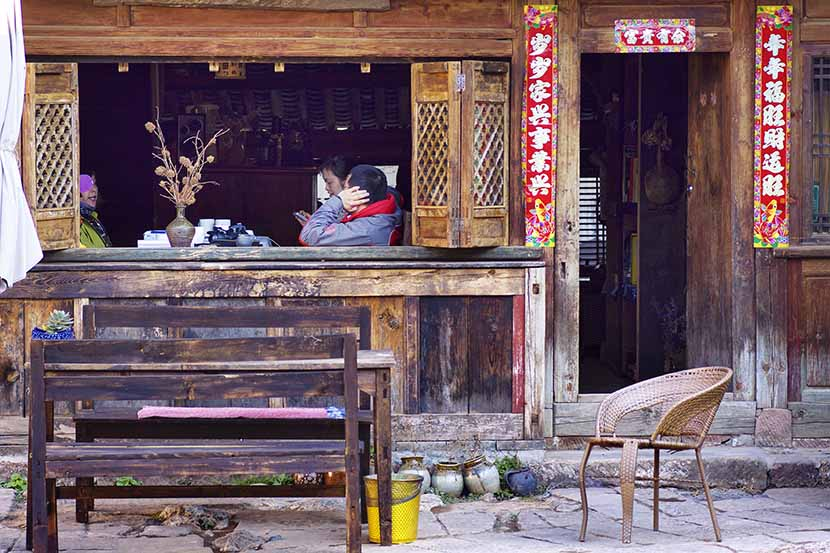 Tourists sit at a café in Dali, Yunnan province, Feb. 3, 2016. VCG