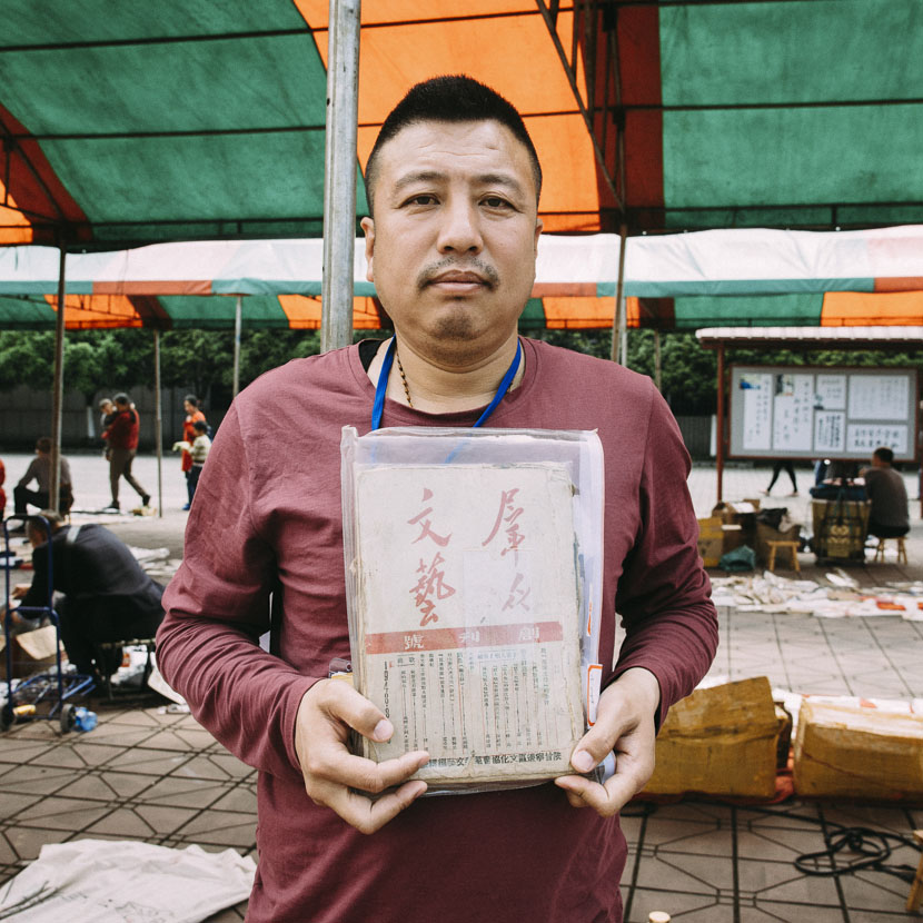 Nan Tianyuan with an issue of 'Qunzhong Wenyi,' a periodical from the Yan'an Communist frontier bases, Anren Town, Dayi County, Sichuan province, April 8, 2017. Barclay Bram Shoemaker/Sixth Tone