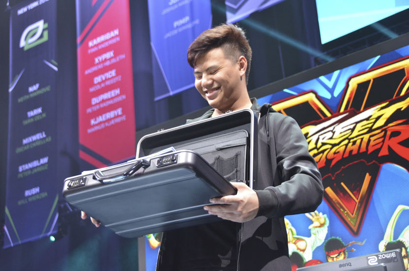 Zeng Zhuojun holds his prize — a briefcase containing $30,000 — after winning the grand final of the Brooklyn Beatdown competition in New York, Oct. 2, 2016. Feng Jiayun for Sixth Tone