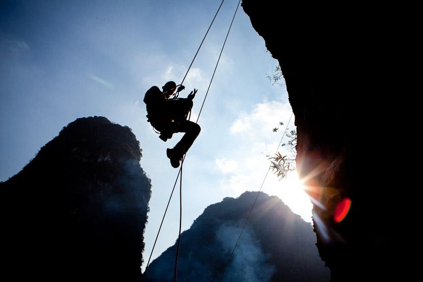 A rock climber in Yangshuo County, Guangxi Zhuang Autonomous Region, Nov. 11, 2011. Liu Xianbiao/IC