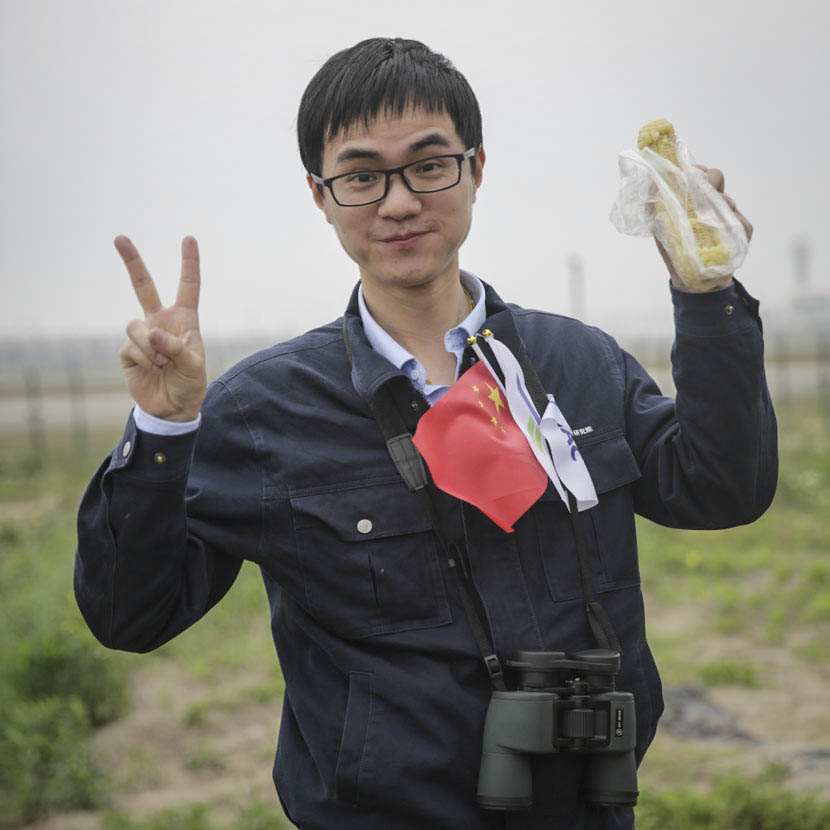 A Comac employee surnamed Wang, who worked on the C919, poses for a photo outside Shanghai's Pudong International Airport, May 5, 2017. Daniel Holmes/Sixth Tone.