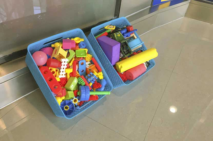 Toys dry after being cleaned at the entrance of a day care center in Shanghai, April 24, 2017. Ni Dandan/Sixth Tone