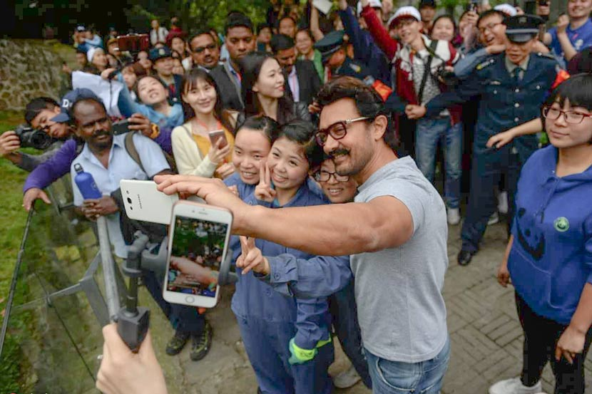 Actor Aamir Khan takes selfie with fans in Chengdu, Sichuan province, April 20, 2017. Chengdu Business Daily/IC