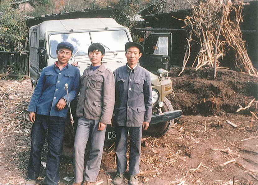 From left to right: Zhang Zhiming, Long Yongcheng, and a colleague pose for a photo during a research trip in Yunnan province, 1989. Courtesy of Long Yongcheng