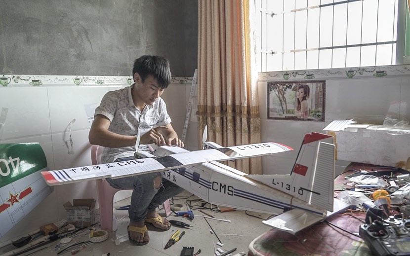 Hu Bo assembles a model Y-12, a Chinese utility aircraft, at his home in Dazu County, Chongqing, May 16, 2017. Wu Yue/Sixth Tone