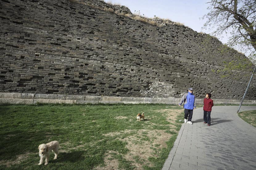 People take a walk along the Ming Dynasty City Wall in Beijing, April 17, 2011. Zhou Bin/VCG