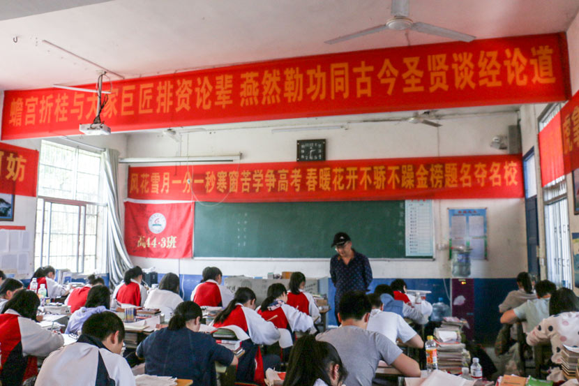 Students during a class at Yuanling No. 6 High School in Guanzhuang Township, Hunan province, May 17, 2017. Cai Yiwen/Sixth Tone