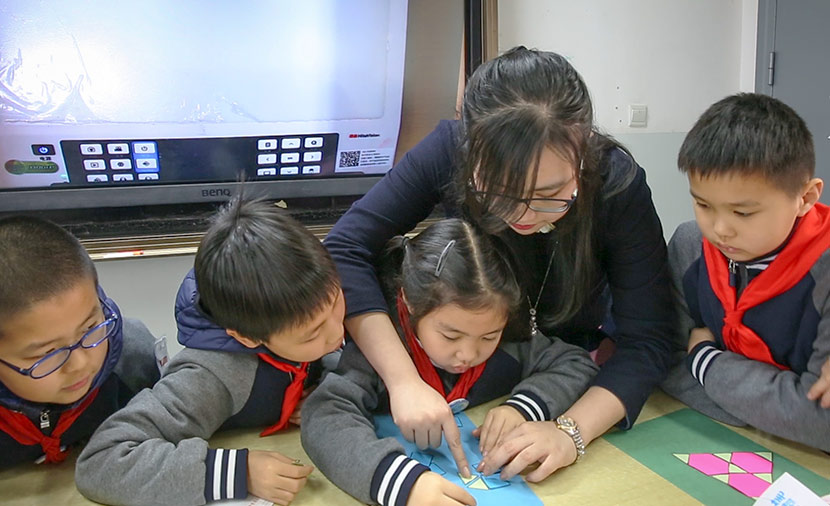 Chen Yiyi teaches students geometry at Cao Guangbiao Primary School in Shanghai, March 22, 2018. Shi Yangkun/Sixth Tone