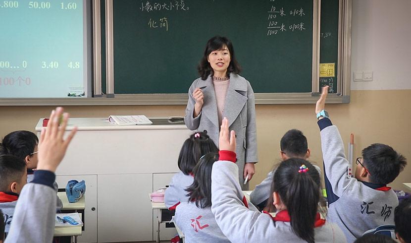 Gu Rongting teaches a math class at Huishi Primary School in Shanghai, March 23, 2018. Shi Yangkun/Sixth Tone