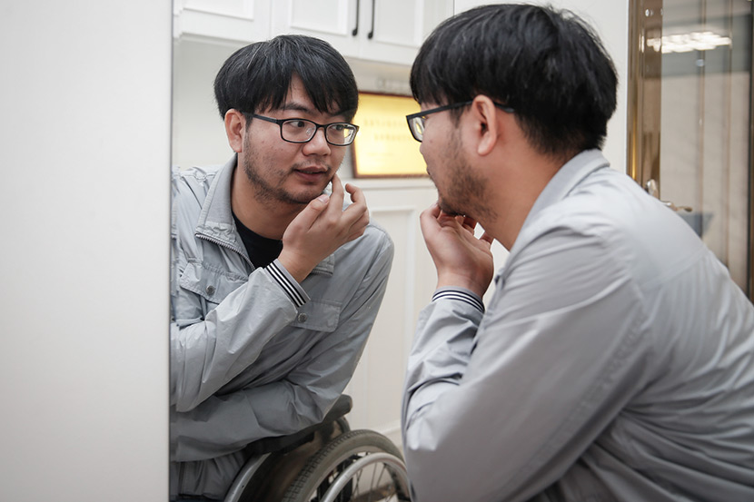 Zheng Haiyang looks in the mirror, Mianyang, Sichuan province, Feb. 24, 2018. Yang Bo for Sixth Tone