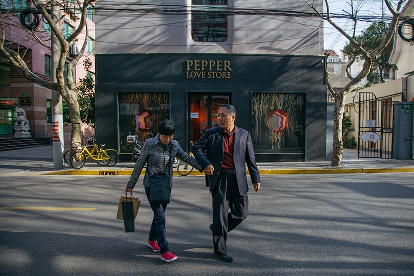 Two locals walk past Pepper Love Store, Shanghai, March 28, 2018. Wu Huiyuan/Sixth Tone