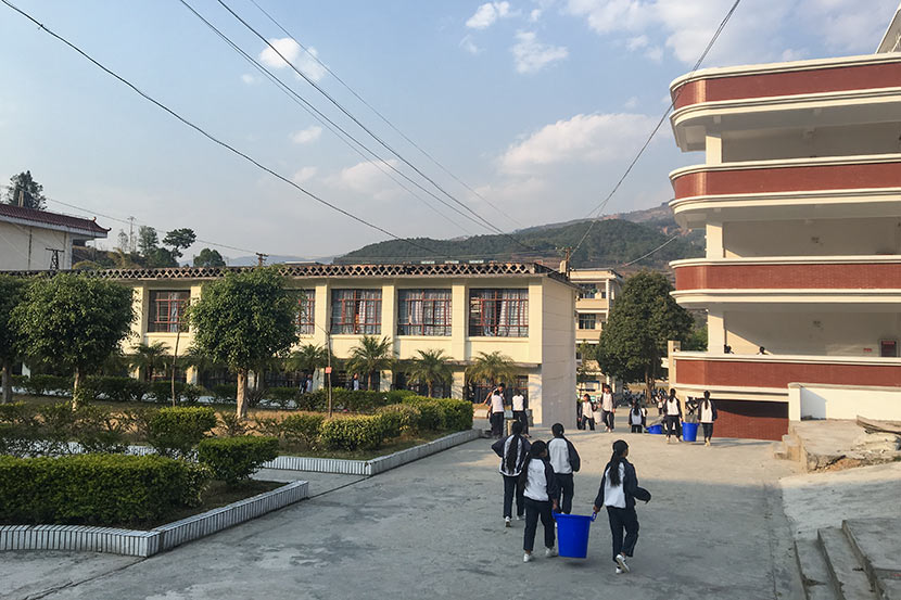 Students pick up trash after class at Nanjian No. 2 Middle School in Nanjian Yi Autonomous County, Yunnan province, March 22, 2018. Fan Yiying/Sixth Tone