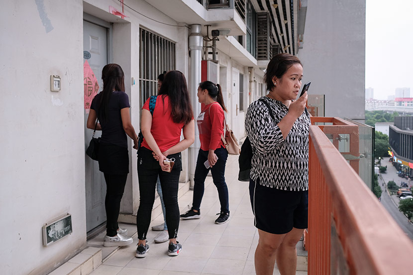 Lalaine Siason accompanies the four undocumented Filipina workers to view an apartment near the city center of Shanghai, May 31, 2018. The women plan to live together while their work permit applications are processed. Nicole Lim for Sixth Tone