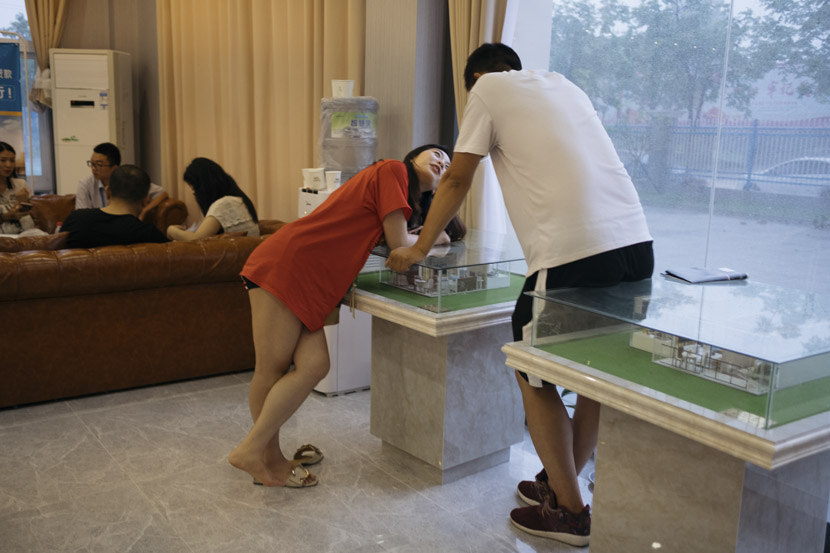 A couple discuss the kind of apartment they hope to rent in Linkonggang Youth City on the outskirts of Wuhan, Hubei province, May 27, 2018. Wu Huiyuan/Sixth Tone