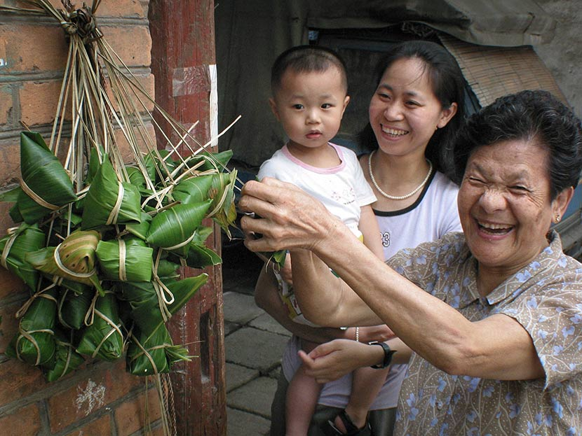 An elder woman shows the zongzi she made in Fuzhou, Fujiang province, June 14, 2002. Yang Enuo/VCG