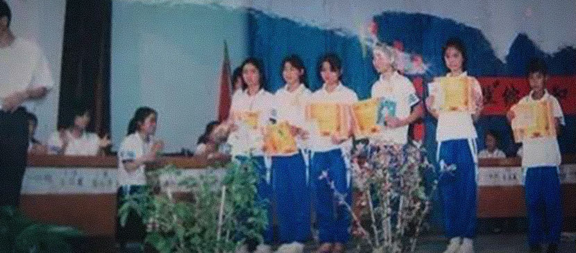 Zhong Jianhua (second from right) receives an outstanding student award as a fifth-grader in Heyuan, Guangdong province, 2001. At the ceremony, she was praised for her having excelled academically despite having diabetes. These remarks exposed her medical condition and caused her to feel great shame. Courtesy of Zhong Jianhua