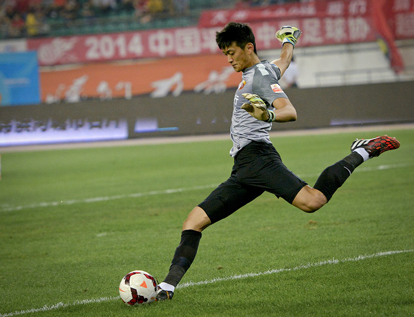 Sheng Peng, the goalkeeper for Beijing Renhe F.C., takes a goal kick during a match in Guiyang, Guizhou province, Sept. 28, 2014. VCG