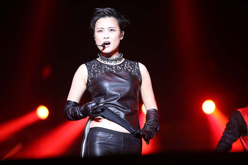 Li Yuchun during a performance in Qingdao, Shandong province, Oct. 5, 2013. VCG