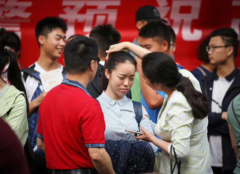 A mother encourages her daughter before the college entrance exam in Nantong, Jiangsu province, June 7, 2018. Xu Peiqin/VCG