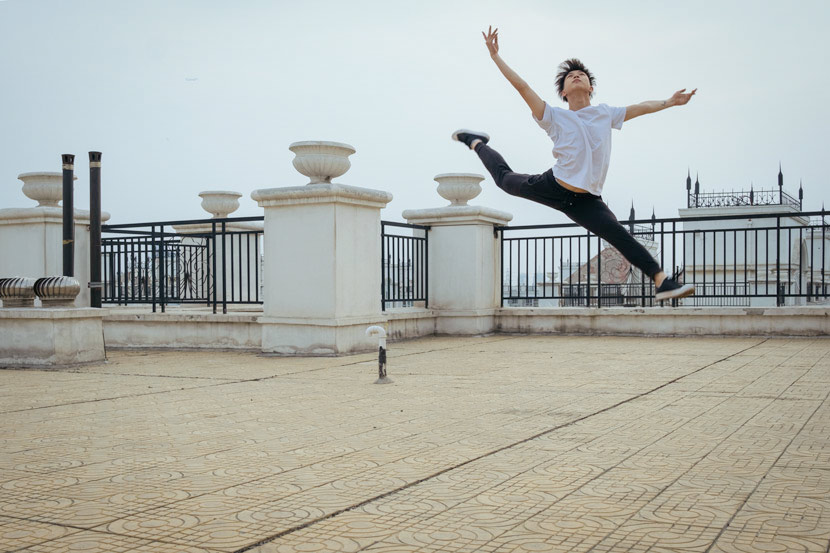 Cai Rongchen dances on the set of 'Summer' in Beijing, May 13, 2018. Wu Huiyuan/Sixth Tone