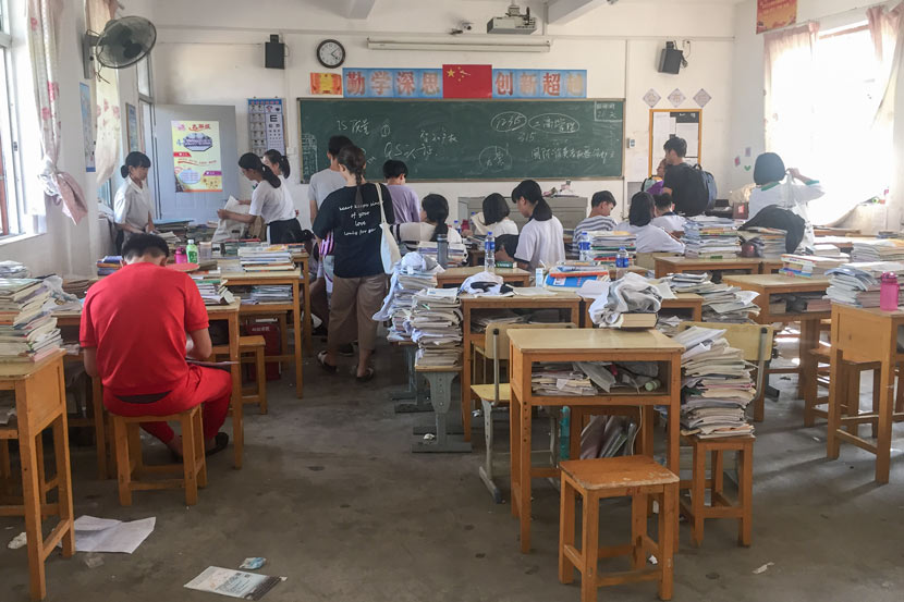 Ninth-graders at Tangxi School take a break between classes, Guangdong province, May 25, 2018. Cai Yiwen/Sixth Tone