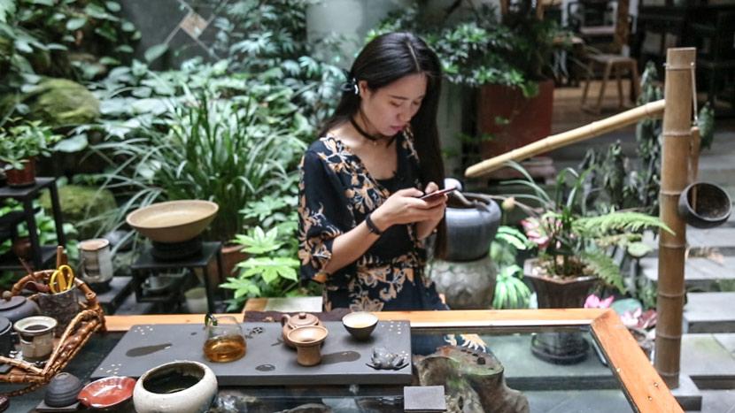 Winni Xie corresponds with customers in Chengdu, Sichuan province, May 9, 2018. Wu Huiyuan/Sixth Tone