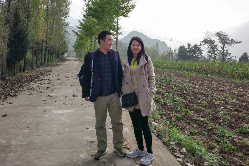 Yang Yongcheng and his wife, Thiou, pose for a photo in Taibai County, Shaanxi province, Oct. 18, 2017. Qian Jinghua/Sixth Tone