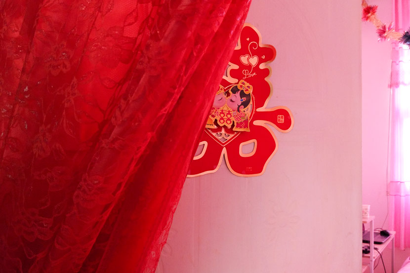 A 'double happiness' decoration hangs on the bedroom door at Yang Yongcheng's home in Taibai County, Shaanxi province, Oct. 18, 2017. Qian Jinghua/Sixth Tone