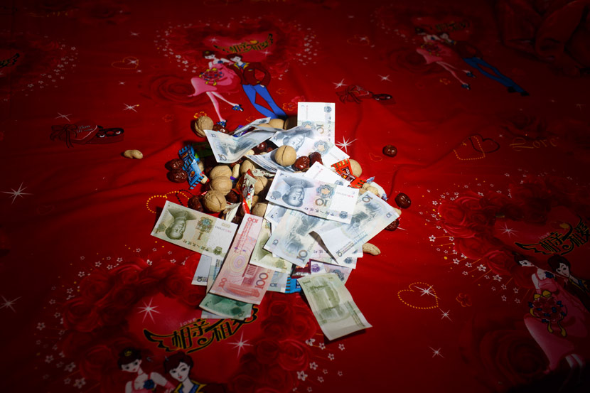 Wedding gifts of money and nuts are seen in Mizhi County, Yulin, Shaanxi province, May 22, 2017. Zhou Pinglang for Sixth Tone