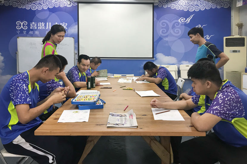 Xihaner Car Wash employees make Father's Day gifts on a rainy day in Shenzhen, Guangdong province, June 6, 2018. Wang Lianzhang/Sixth Tone
