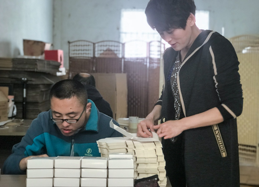 Factory owner Cui Yonglan (right) and an employee at work in Qingdao, Shandong province, April 27, 2018. Wang Lianzhang/Sixth Tone