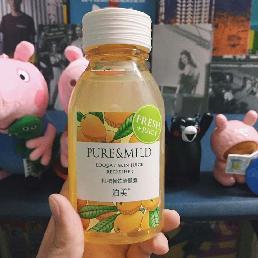A bottle of Pure & Mild's Loquat Skin Juice Refresher skin toner. From Weibo