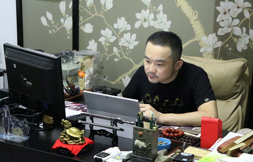Wu Zhen, Rocen Digital's chief operating officer, works at his office in Beijing, Aug. 23, 2018. Kenrick Davis/Sixth Tone