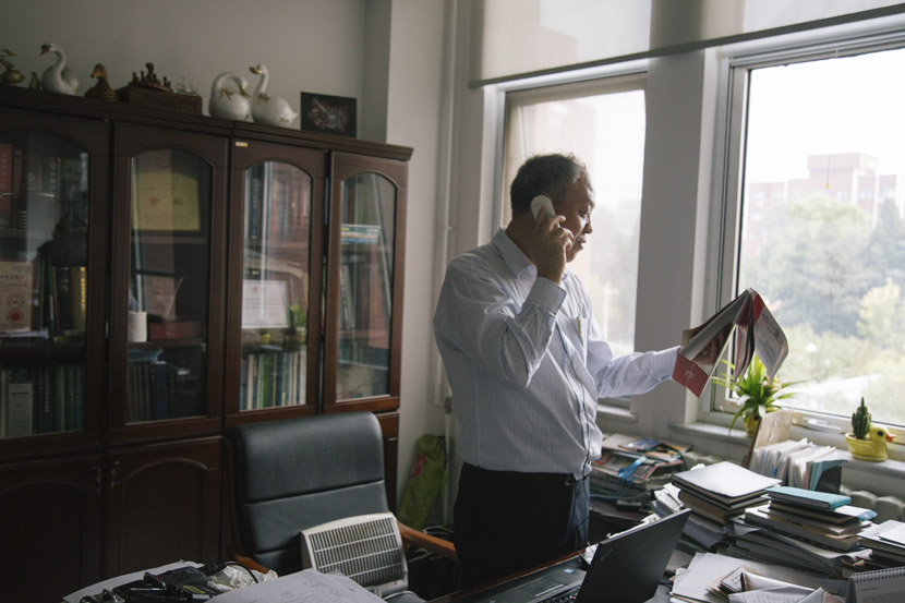 Hou Shuisheng takes a phone call in his office at the Chinese Academy of Agricultural Sciences in Beijing, Sept. 12, 2018. Wu Huiyuan/Sixth Tone