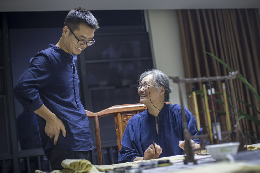 Yang Yunhai gives an elderly woman feedback on her calligraphy at Sunshine Home in Hangzhou, Zhejiang province, Sept. 28, 2018. Chen Zhongqiu for Sixth Tone